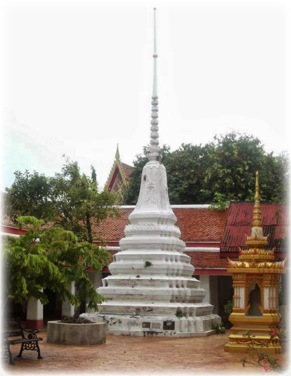 Chedi Stupa at Wat Ling Khob